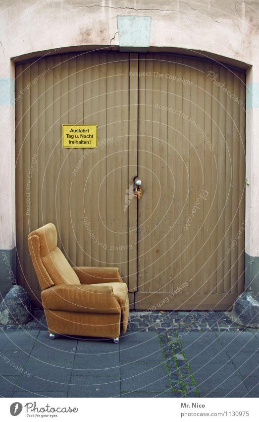 spießig | kontakthof Lifestyle Stil Freizeit & Hobby Haus Umzug (Wohnungswechsel) Möbel Sessel Dorf Tor Gebäude Mauer Wand Tür Idylle Bürgersteig Hinweisschild