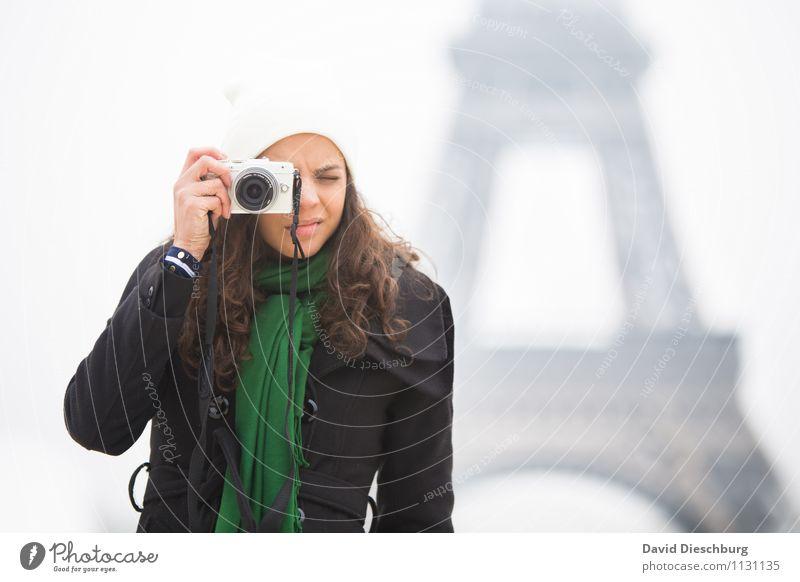 Im Fokus Ferien & Urlaub & Reisen Tourismus Sightseeing Städtereise Fotokamera feminin Frau Erwachsene Körper Kopf Gesicht Arme Hand 1 Mensch 18-30 Jahre