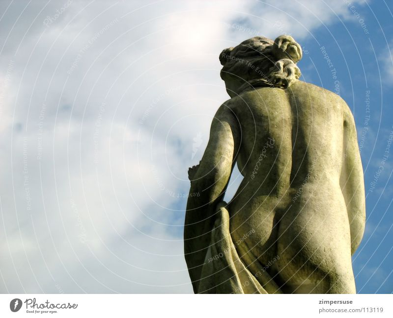 Ihr könnt mich doch alle mal... beleidigt Wegsehen Skulptur Himmel Gesäß nackt rutschen Kunst Statue Sandstein Frau Kultur verarscht sculpture sky Rücken back