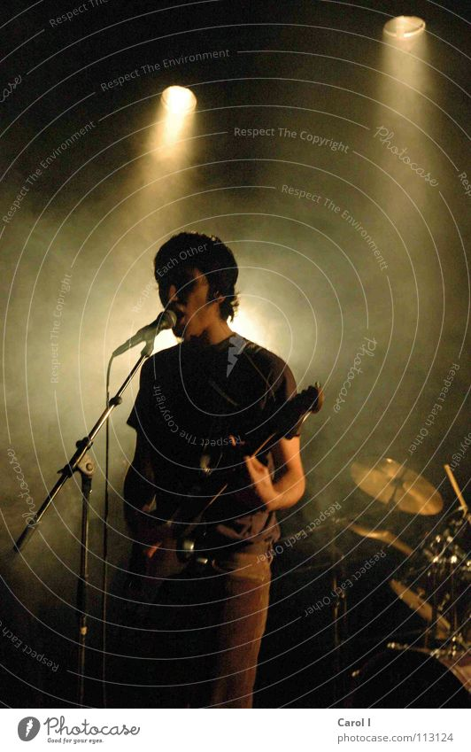 Im Rampenlicht Sänger Licht schwarz Bühne Schlagzeug Mikrofon Gesang Konzert Lied Rauchmaschine Show Hauptstimme Ständer singen dunkel rockig Rock 'n' Roll