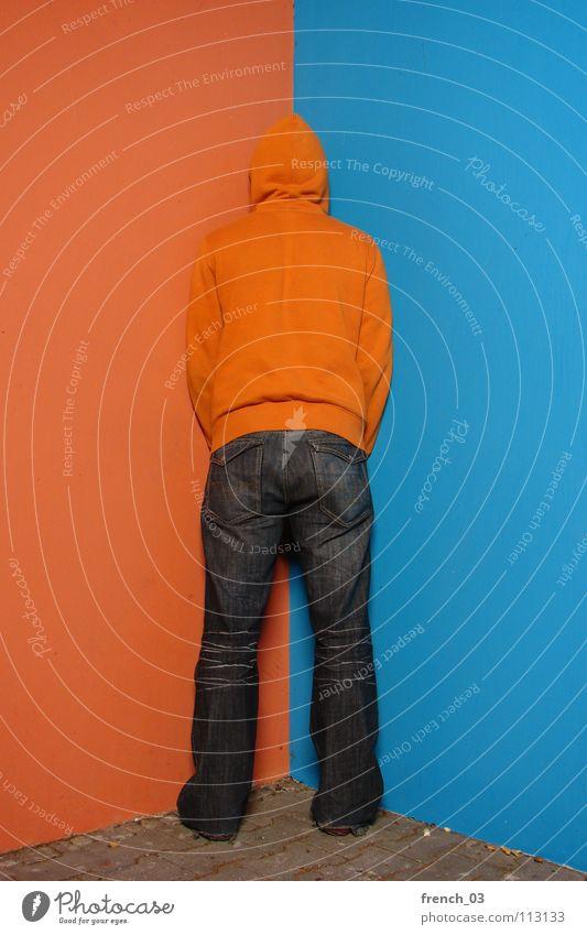 between the colours Mensch Mann Jugendliche blau Farbe Wand grau Mauer See Linie orange Schuhe maskulin Beton Perspektive Bekleidung