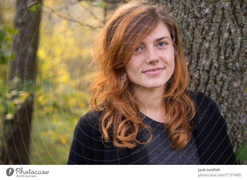Natürlichkeit im Herbst schön Haare & Frisuren feminin Erwachsene Kopf Gesicht 18-30 Jahre Jugendliche Natur Baum Garten Park Wald sprechen glänzend