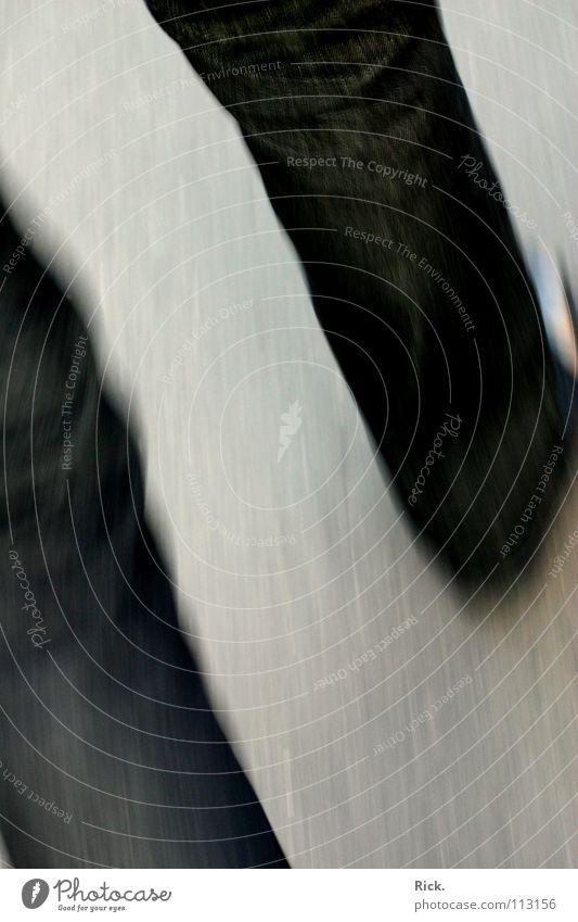 .Flucht blau schwarz Straße Wege & Pfade grau Bewegung Stil hell Schuhe Angst Beton Geschwindigkeit gefährlich trist Jeanshose Asphalt