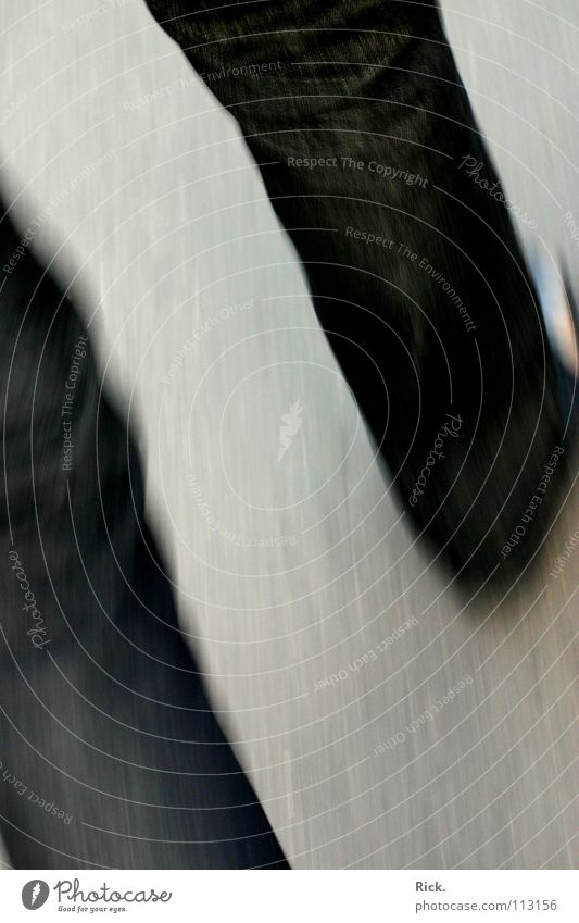 .Flucht Geschwindigkeit Unschärfe Stil Schuhe Hose Beton grau schwarz trist flüchten Asphalt Angst Panik Bewegungsunschärfe körnig Basel Muster gefährlich shoes
