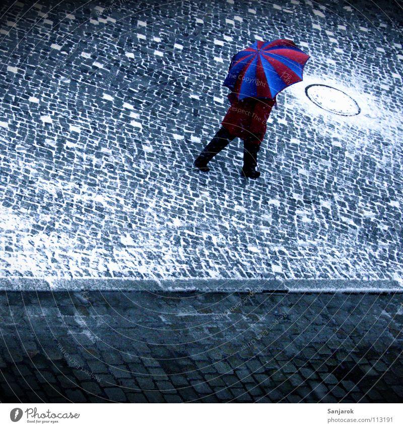 Glühwein, ich komme III Frau blau weiß Stadt rot Winter Straße kalt Schnee Wärme Herbst grau Eis gehen Platz Regenschirm