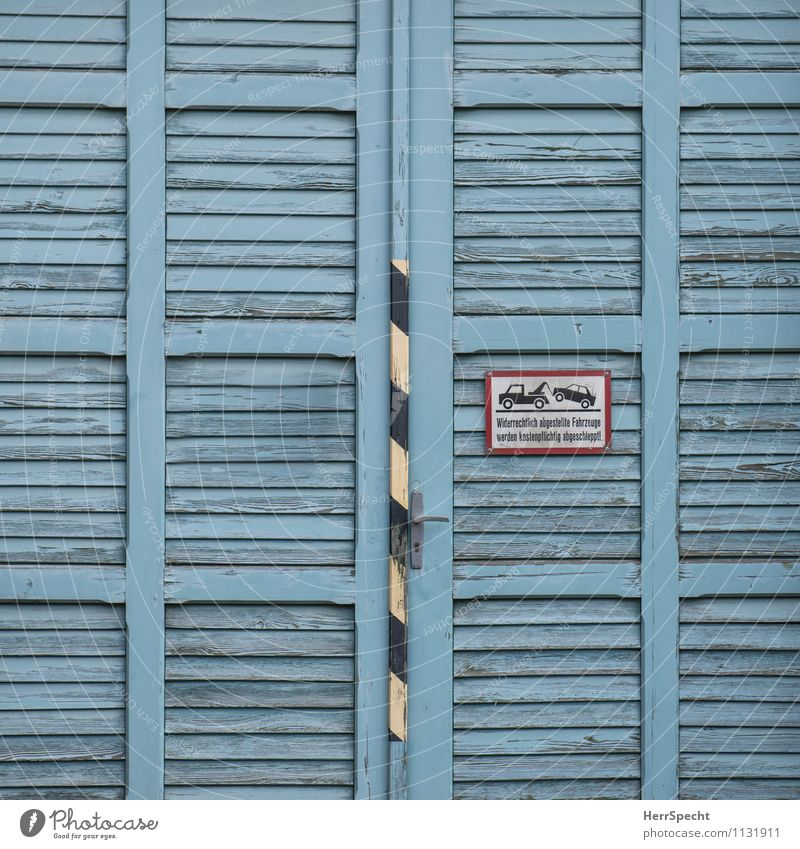 Ein Tor (wer hier parkt) alt blau Gebäude Holz Tür Schriftzeichen ästhetisch Hinweisschild Bauwerk Autofahren Griff Straßenverkehr Verkehrsschild Lamelle