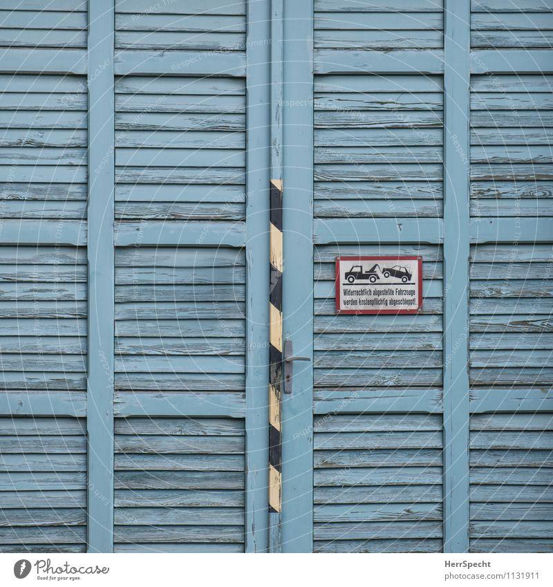 Ein Tor (wer hier parkt) Bauwerk Gebäude Tür Straßenverkehr Autofahren Verkehrszeichen Verkehrsschild Holz Schriftzeichen Hinweisschild Warnschild alt