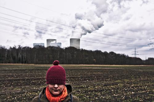 Rotkäppchen und das Kraftwerk Mensch Himmel Natur Jugendliche Junge Frau Landschaft Wolken Winter 18-30 Jahre Erwachsene Umwelt Herbst feminin Gebäude Denken