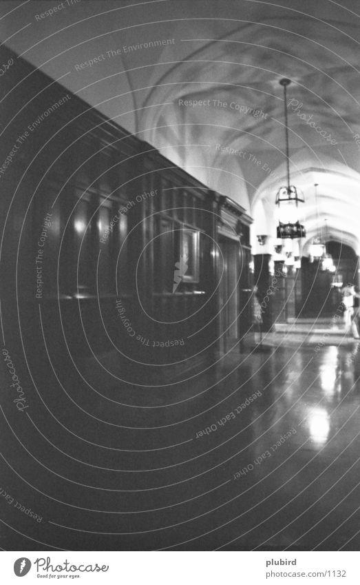 Gang nach draußen weiß schwarz Fenster historisch Lichtstimmung