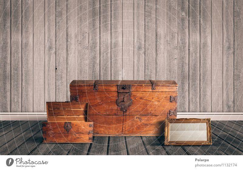 Antikes Zeug auf dem Dachboden alt Haus Stil braun offen retro geheimnisvoll historisch Möbel Spiegel Etage Lager Haushalt antik vergessen