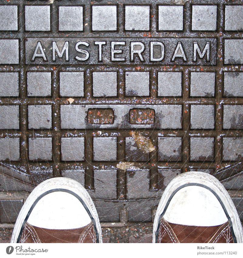 Eine Stadt die man lieben muss!!! Chucks Amsterdam Gully Schuhe nass Quadrat Detailaufnahme Regen kariert