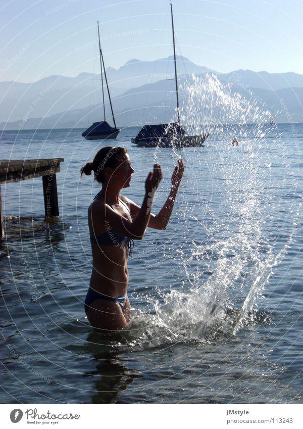 Wasserspiel Frau Jugendliche Spielen Berge u. Gebirge See Schwimmen & Baden Nebel Wasserfahrzeug Wassertropfen Steg Bikini Momentaufnahme Österreich Segelboot
