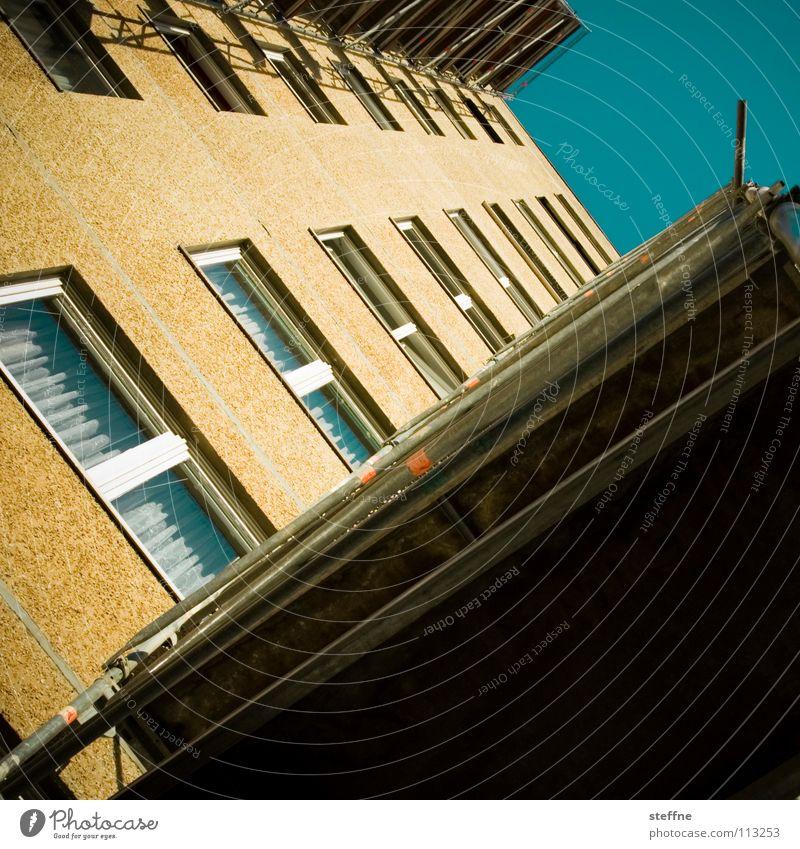 sozialer Aufstieg Himmel blau weiß Sommer Einsamkeit schwarz Haus gelb Fenster träumen Wohnung Beton Perspektive trist verfallen Umzug (Wohnungswechsel)