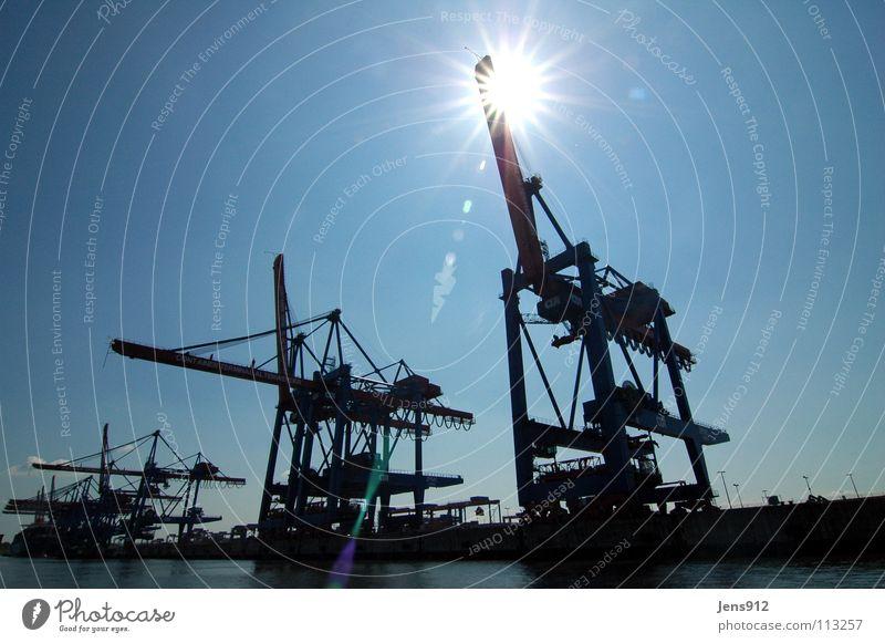 Blendende Kräne Kran Hafenkran schwarz Gegenlicht blenden Sonnenstrahlen Dienstleistungsgewerbe Hamburg Himmel blau Schatten Flare Blendenfleck Beleuchtung