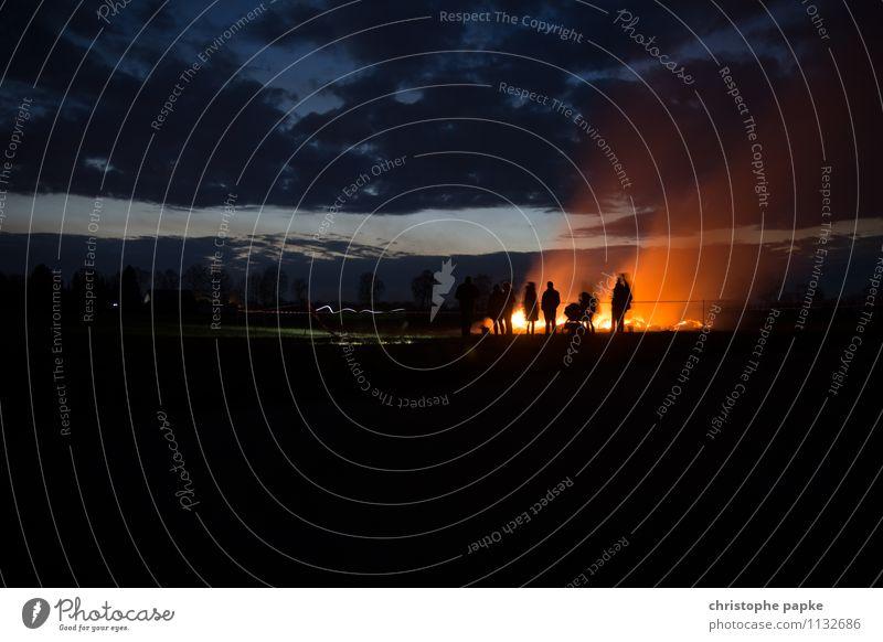 Das Reich der Schatten Mensch Menschengruppe Wolken Feld leuchten außergewöhnlich bedrohlich Endzeitstimmung Surrealismus Tradition Ostern Osterfeuer Brand