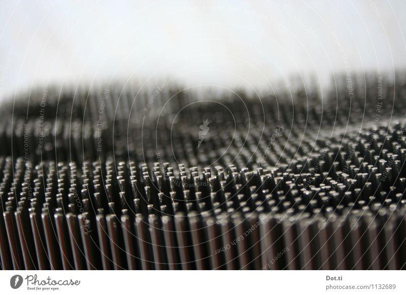 wie man sich bettet Metall Stahl glänzend bizarr Stahlstifte Reihe Nagelbrett Anordnung unregelmäßig stumpf Spielzeug Topografie Mulde Farbfoto Gedeckte Farben