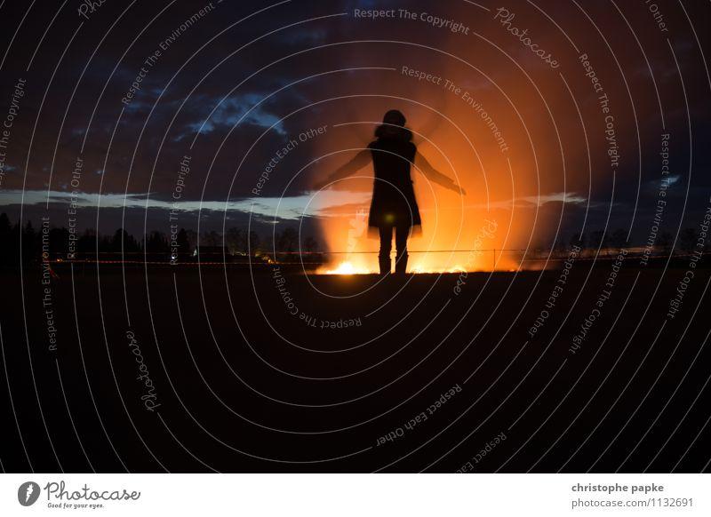 Schattenengel Mensch 1 Feld leuchten außergewöhnlich bedrohlich dunkel Bewegung Endzeitstimmung Surrealismus Feuer Osterfeuer Engel Bewegungsunschärfe Paradies