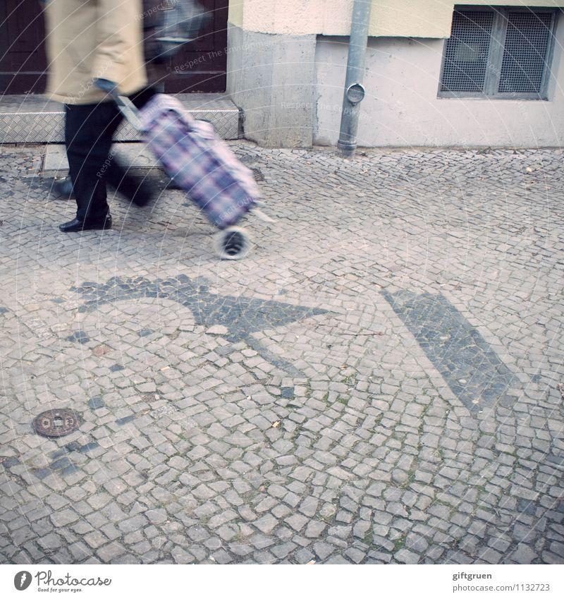 shopping queen Mensch Weiblicher Senior Frau 1 Haus Mauer Wand kaufen gehen alt Einkaufstasche Kopfsteinpflaster Straße rollen Einkaufstrolley Trolley ziehen