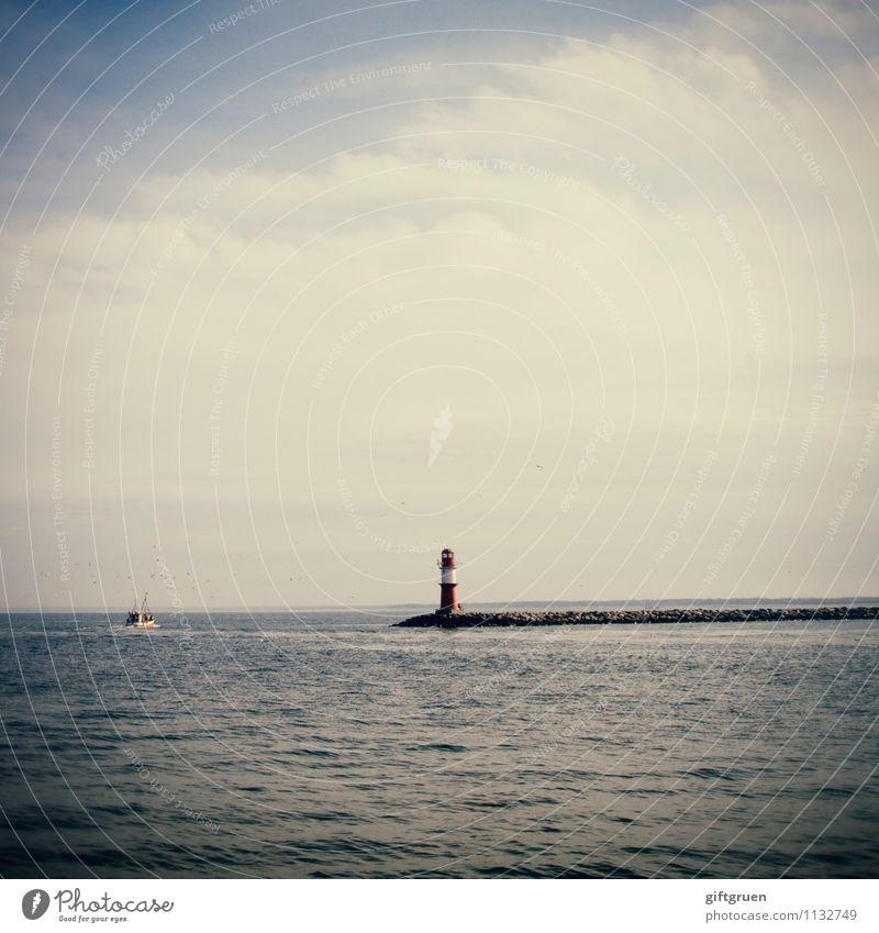 Leuchtturm Meer Orientierung Boot Richtung Himmel Wasser Mole Schifffahrt blau Ostsee Deutschland Landschaft Weite Horizont Tourismus Außenaufnahme Warnemünde