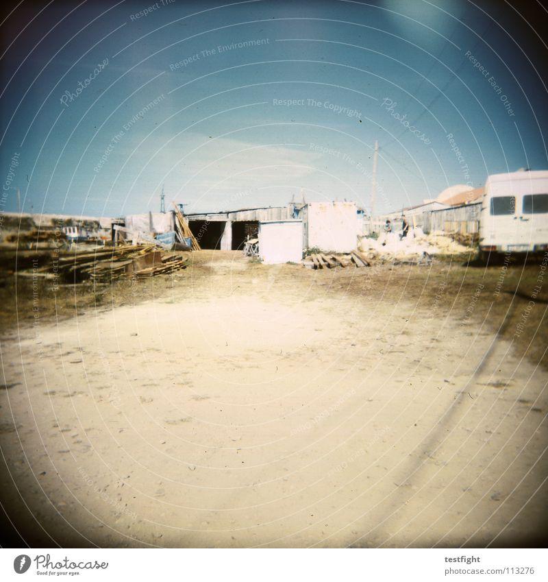 garage Natur Sonne blau Sommer Ferien & Urlaub & Reisen Einsamkeit Sand braun frei leer KFZ Platz Güterverkehr & Logistik Freizeit & Hobby Müll Sehnsucht