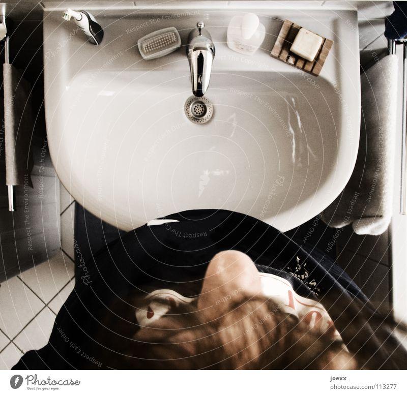 Kenn ich nicht – wasch ich nicht! Abfluss Zweck aufstehen Bad Vogelperspektive eng grau Handtuch Unlust Mann Morgen Nasenspitze Seife Sieb verschlafen