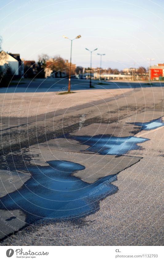 platz Umwelt Wasser Himmel Schönes Wetter Haus Platz Parkplatz Verkehrswege Wege & Pfade Laternenpfahl Straßenbeleuchtung Asphalt Stadt Farbfoto Außenaufnahme