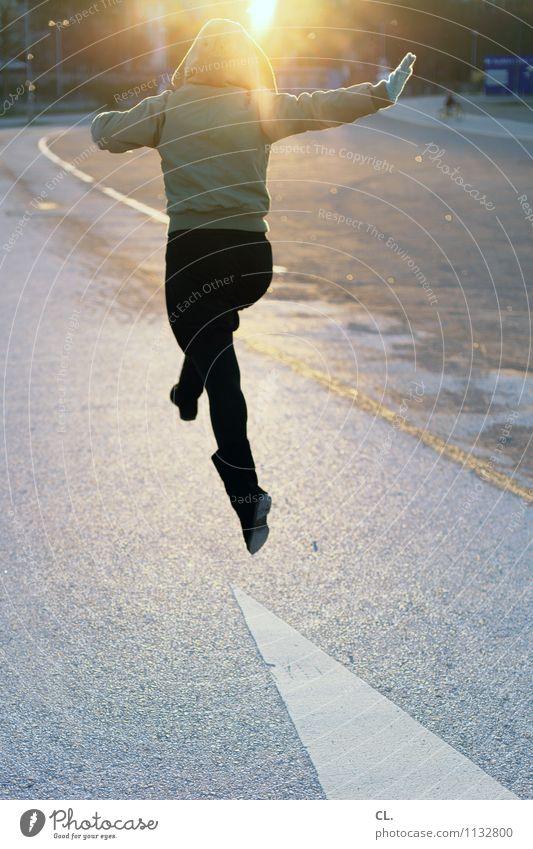 sprung Mensch Frau Sonne Freude Winter Erwachsene Leben Straße Gefühle Herbst Frühling feminin Wege & Pfade Glück springen Kraft