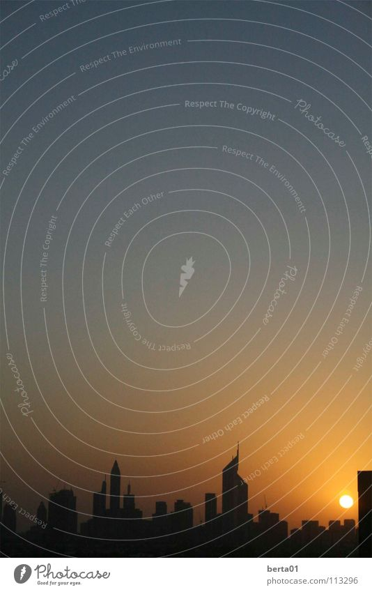 Wenn der Tag zu Ende geht... Hochhaus schwarz Dubai Himmel Sonne blau Fliterwochen