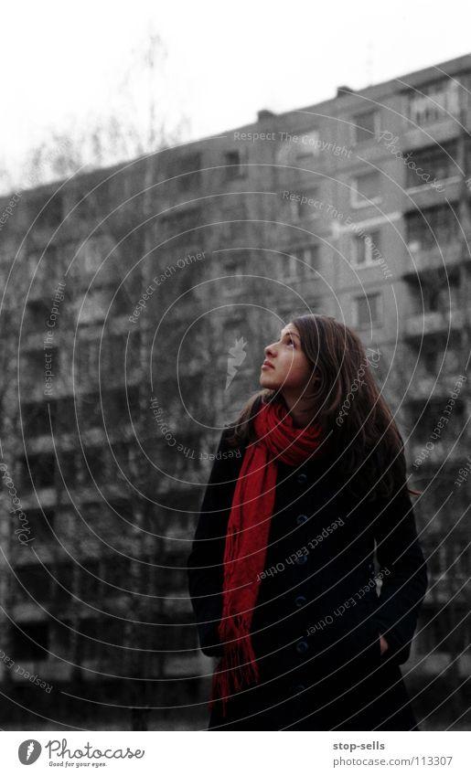 ...werden sehen... Erwartung Angst Wunsch skeptisch Plattenbau Frau Sehnsucht rot Schal Mantel Körperhaltung Einsamkeit kalt grau Hoffnung Blick Tuch trist