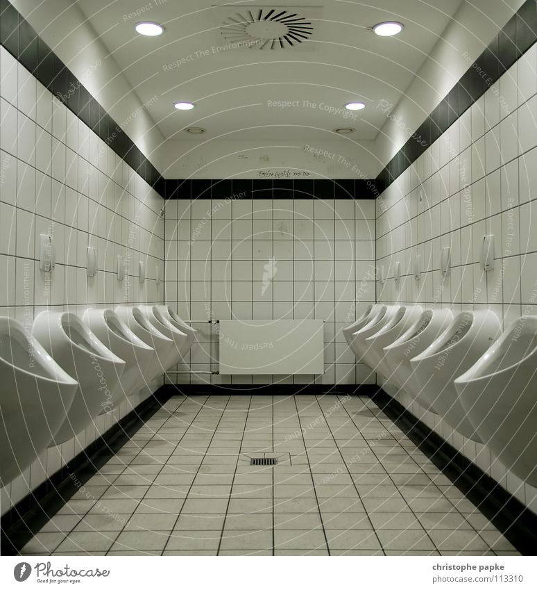 Keramikabteilung hell maskulin trist Bad Sauberkeit Fliesen u. Kacheln Toilette Reihe trashig Symmetrie Heizkörper Geometrie Konkurrenz müssen Druck