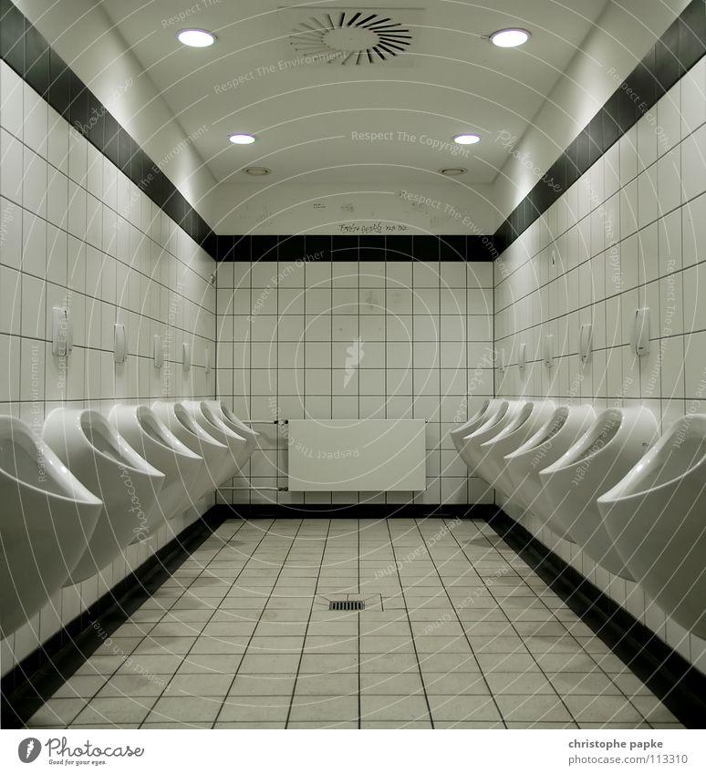 Männertoilette Zentralperspektive Bad maskulin hell Sauberkeit trashig trist Konkurrenz Symmetrie Pissoir Keramik Toilette sanitär Fliesen u. Kacheln klinisch