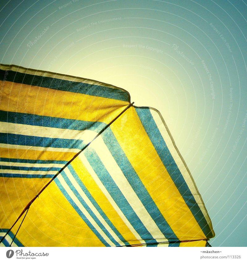 just chill Sonnenschirm gelb weiß Himmel Strand Sommer Schnellzug Physik Sonnenbad genießen Ferien & Urlaub & Reisen Erholung Froschperspektive sunshade blau