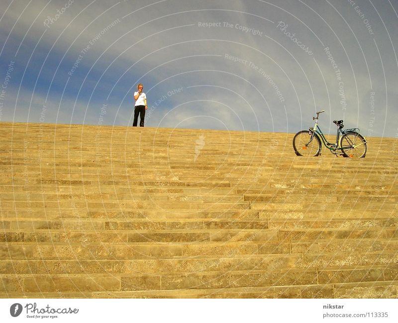 großes fragezeichen (Original) Mensch Himmel Mann blau Wolken gelb Bewegung grau blond Fahrrad gold Treppe Schönes Wetter Güterverkehr & Logistik Dresden