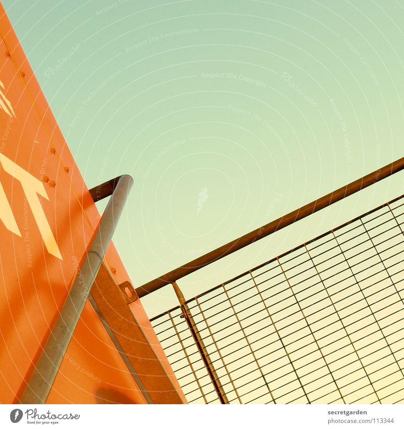 nicht schwindelfrei!! Himmel Ferien & Urlaub & Reisen orange Angst Raum Beleuchtung hoch Treppe modern Industriefotografie festhalten Hafen Stahl Geländer
