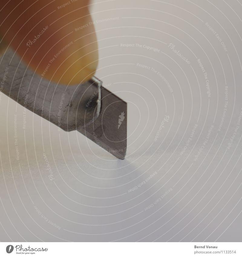 nachschneiden Mensch braun Metall gefährlich Spitze Finger Papier Scharfer Gegenstand Handwerk silber Arbeitsplatz Trennung Messer Druck Handarbeit Klinge