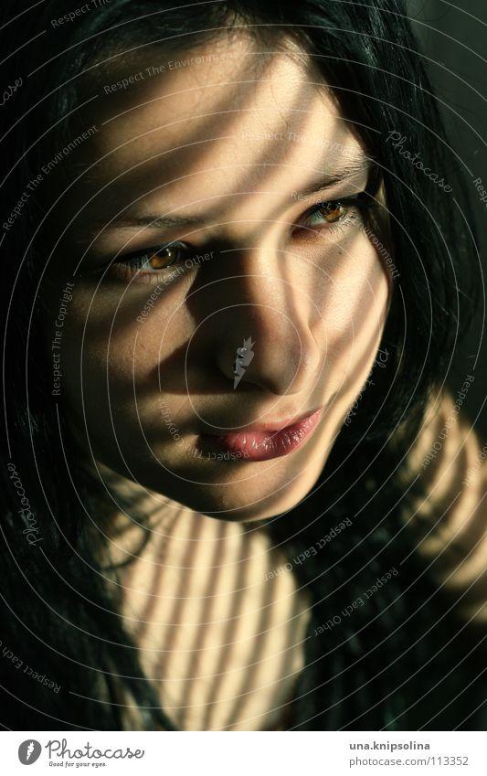 schatten Frau Jugendliche schwarz Gesicht Erwachsene Linie Junge Frau geheimnisvoll Piercing schwarzhaarig braunes Auge