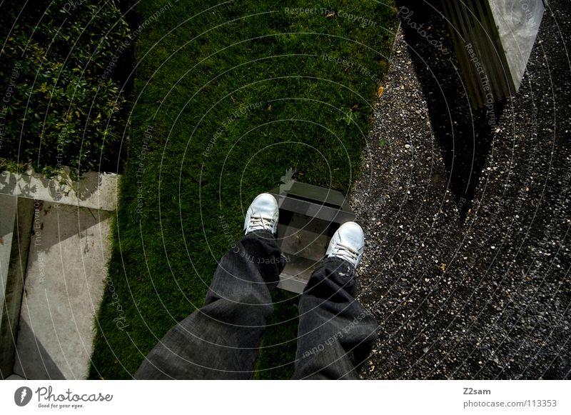 abgestanden stehen Müllbehälter Park Wiese graphisch einfach Kies Kieselsteine Mann Schuhe weiß Sträucher grün sehr wenige Stil Geometrie Vogelperspektive Beton