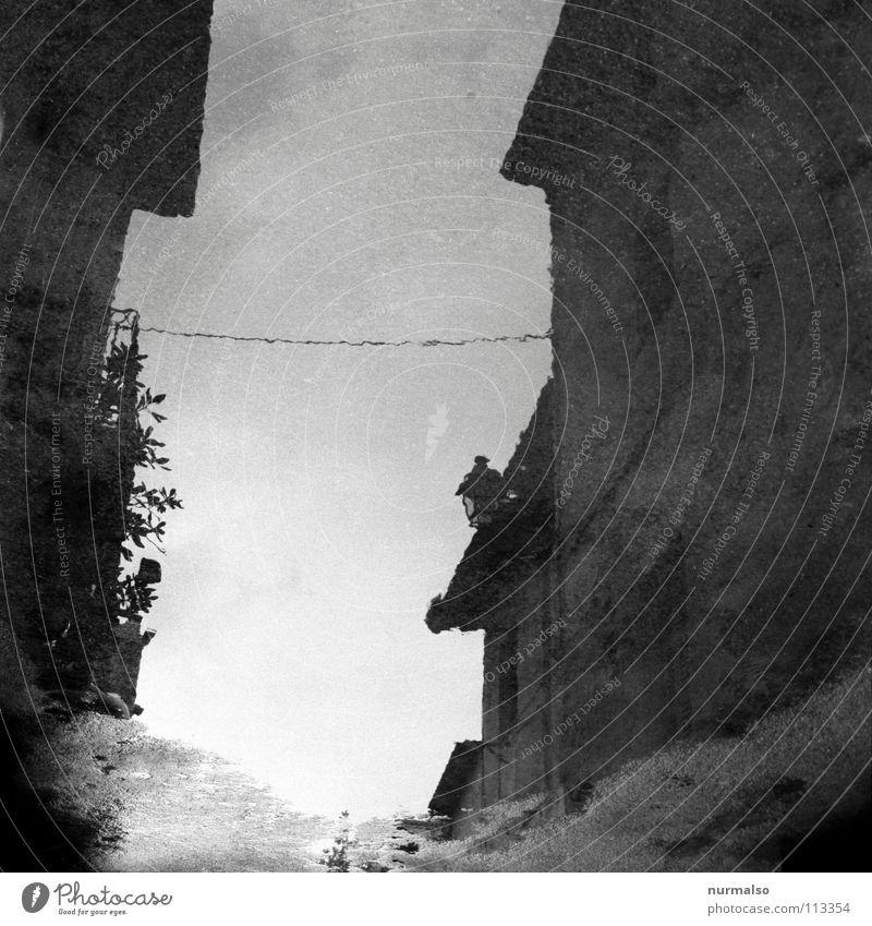 Spanische Spiegelung oder der Don Quichote Blick Asphalt Pfütze mono Monochrom Haus Wand Elektrizität Einsamkeit klassisch Dach platschen Wellen Abfluss