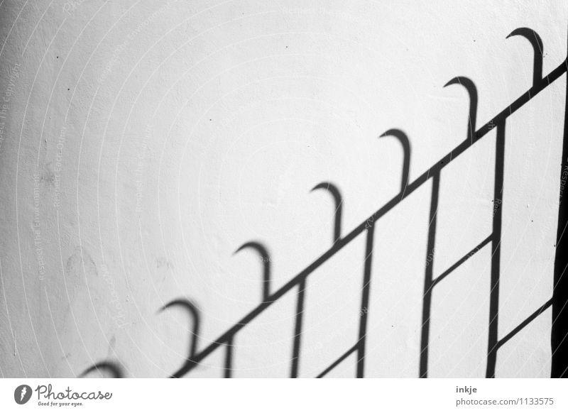 zackzack Menschenleer Mauer Wand Fassade Zaun Metallzaun Linie Zacken Haken bedrohlich dunkel Spitze Defensive Schutz Widerhaken Schwarzweißfoto Außenaufnahme