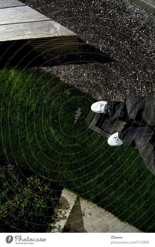 abgestanden II stehen Müllbehälter Park Wiese graphisch einfach Kies Kieselsteine Mann Schuhe weiß Sträucher grün sehr wenige Stil Geometrie Vogelperspektive