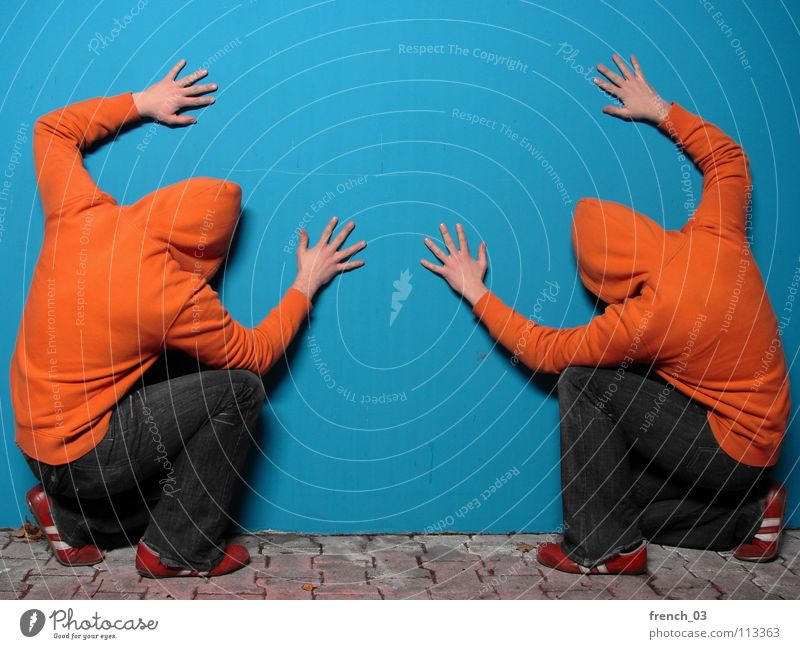 facing the wall II Mensch Mann Hand Jugendliche blau Farbe Wand grau Mauer See Linie Schuhe orange maskulin Beton Finger