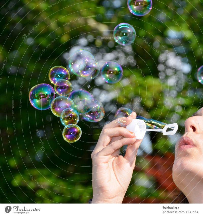 Kindheitserinnerung | Seifenblasen feminin Junge Frau Jugendliche Mund Hand 1 Mensch Baum leuchten glänzend rund mehrfarbig Freude Fröhlichkeit Farbe Farbfoto