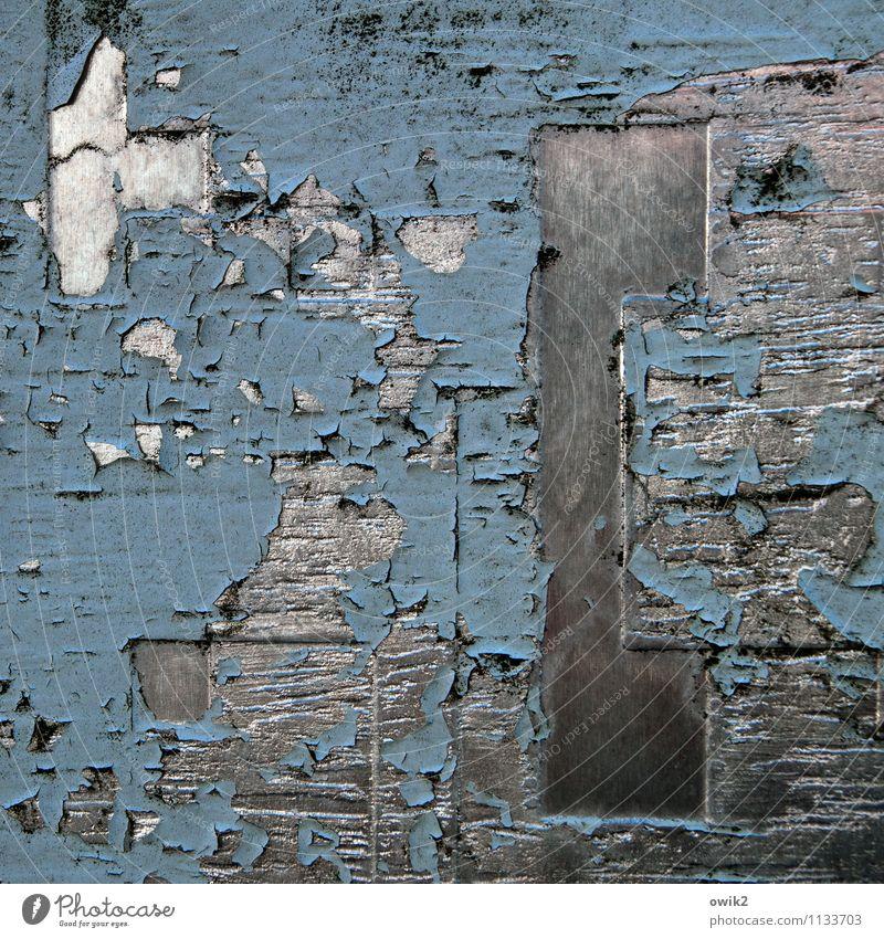 Metallurgie alt blau weiß schwarz Farbstoff grau glänzend Vergänglichkeit kaputt Verfall Riss trashig abblättern hart Schaden