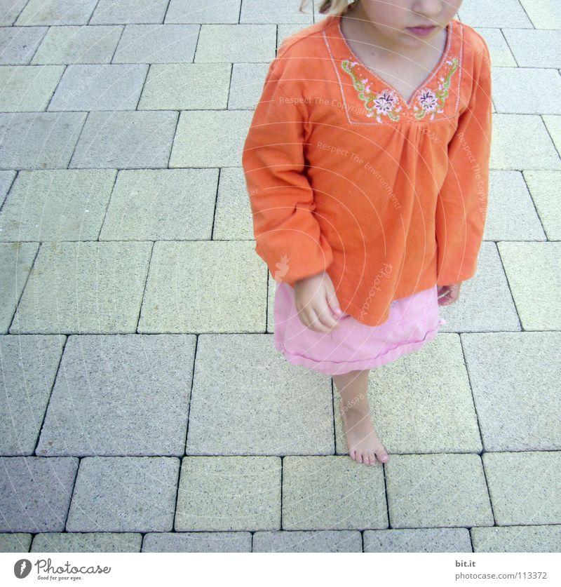 MÄDCHEN Kind Mädchen Ferien & Urlaub & Reisen Sommer Freude Straße Kopf Wärme Wege & Pfade Stein orange rosa laufen Beton Platz Suche