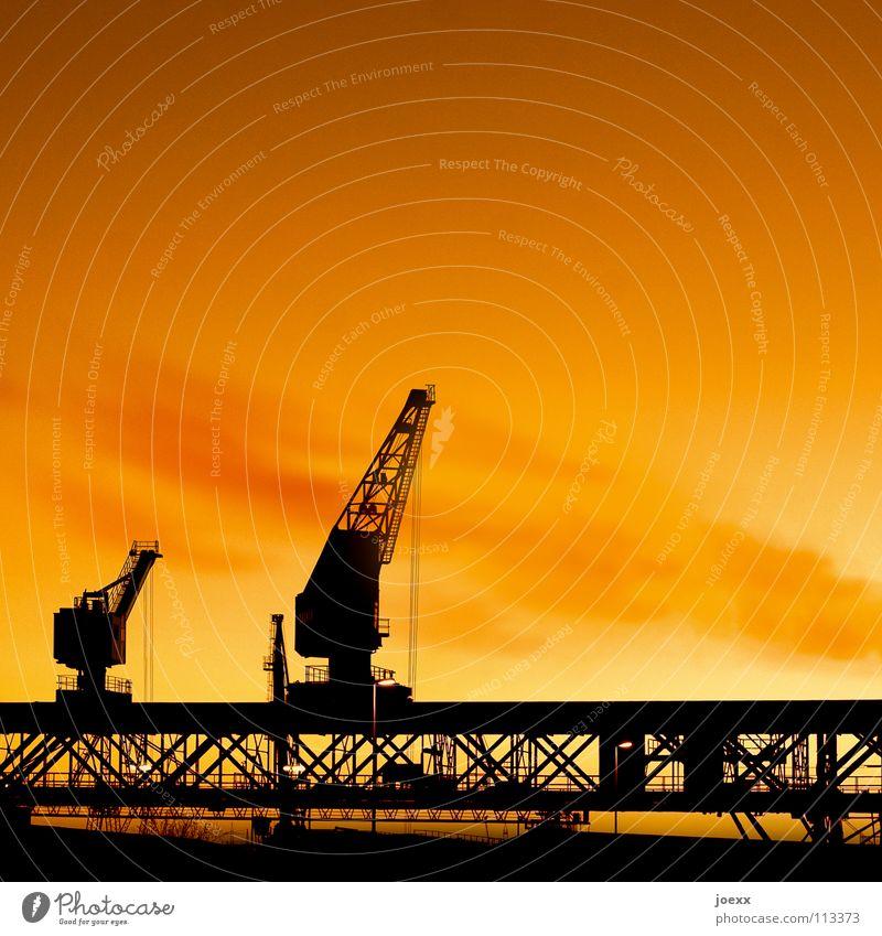 Kranduett Abenddämmerung Abgas Arbeit & Erwerbstätigkeit Bagger Dock Eisen Feierabend Ware Frachter Gegenlicht Hafenkran heben Ruhrgebiet Kranfahrer Gewicht