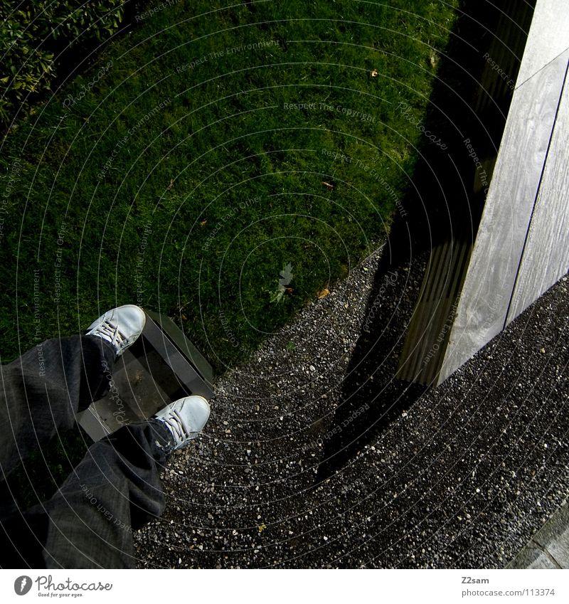 abgestanden III stehen Müllbehälter Park Wiese graphisch einfach Kies Kieselsteine Mann Schuhe weiß Sträucher grün sehr wenige Stil Geometrie Vogelperspektive