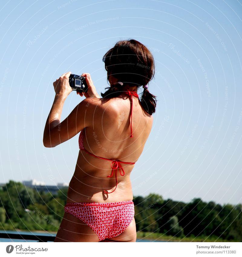 Paparazzi im Bikini Mensch Frau Himmel Natur blau Wasser Hand schön rot Ferien & Urlaub & Reisen Sommer Meer Freude Strand schwarz feminin