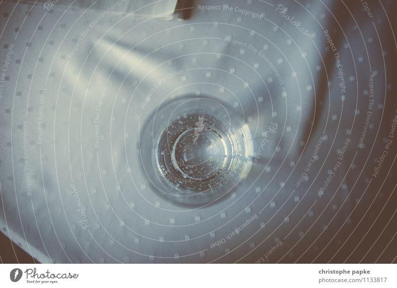 Kaltes klares Glas Wasser Getränk Trinkwasser Häusliches Leben Tisch Flüssigkeit retro Tischwäsche Gedeckte Farben Innenaufnahme Nahaufnahme Detailaufnahme