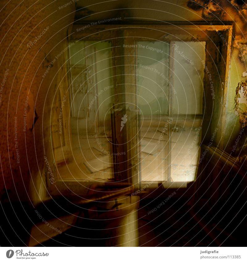 Industrieromantik Treppenhaus abwärts Blick nach unten Licht Unschärfe Alptraum unheimlich Fenster Splitter Scherbe Fabrik verfallen kaputt Demontage Angst