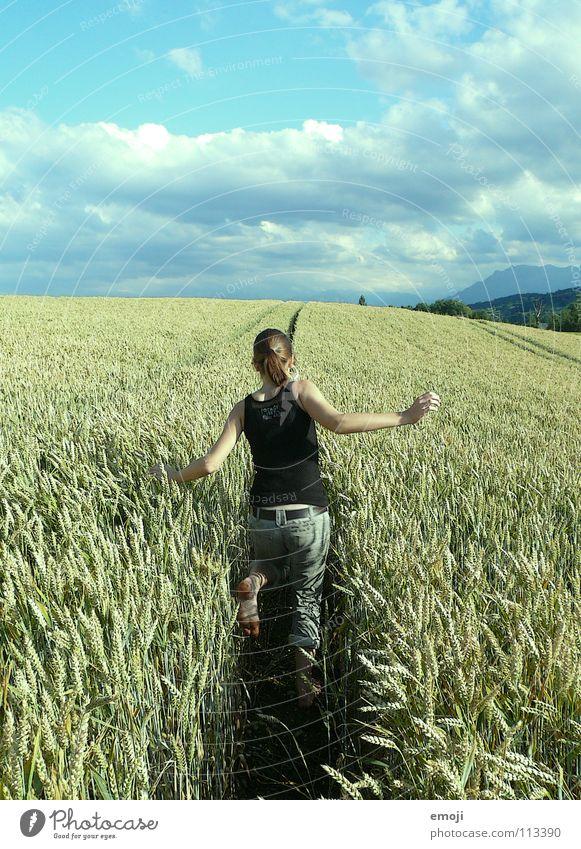 ARSCHANSICHT Jugendliche Sommer Wolken Freude Leben Wege & Pfade Spielen Glück Gesundheit springen Feld Fröhlichkeit Arme Rücken rennen Leichtigkeit